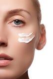 少妇的美丽的表面有装饰性的奶油的在面颊 护肤概念 在白色隔绝的特写镜头画象 特写镜头 免版税库存照片