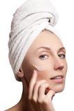 少妇的美丽的表面有装饰性的奶油的在面颊 库存图片