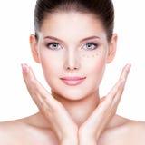 少妇的美丽的面孔有化妆基础的在皮肤 免版税库存图片