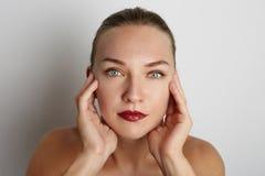 少妇的美丽的面孔有干净的新皮肤关闭的在白色 库存照片
