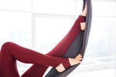 少妇的腿长腿的使用在演播室的吊床 免版税库存图片