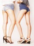 少妇的腿,对在牛仔裤的靶垛短缺 图库摄影
