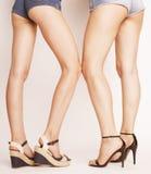 少妇的腿,对在牛仔裤短裤接界 图库摄影