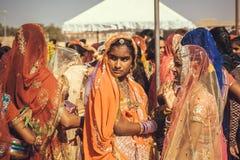 少妇的面孔穿戴了在人群的传统印地安莎丽服在拉贾斯坦的著名节日 免版税库存照片