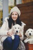 少妇的画象有喜爱的狗的 免版税库存图片