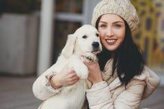 少妇的画象有喜爱的狗的 图库摄影