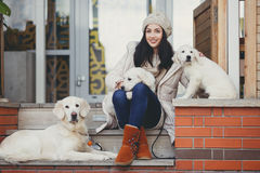 少妇的画象有喜爱的狗的 免版税库存照片