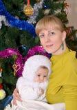 少妇的画象有婴孩的雪花衣服的 库存照片