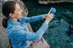 少妇看地球在海附近 库存照片