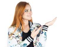 少妇看起来斜向一边并且打手势用她的手 Redheade 免版税库存图片