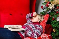 少妇睡着了与书 库存照片