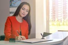 少妇秘书签署的文件画象  库存图片