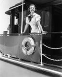 少妇站立在小船的栏杆的和微笑(所有人被描述不更长生存,并且庄园不存在 suppl 库存图片