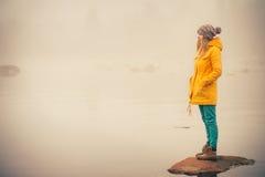 少妇站立的单独室外旅行生活方式 免版税库存照片