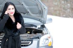 少妇等待的帮助或协助在她的汽车breakdo以后 库存图片