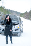 少妇等待的帮助或协助在她的汽车breakdo以后 免版税图库摄影