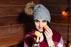 少妇美丽的特写镜头画象用桔子 健康概念的食物 护肤和秀丽 维生素矿物 免版税图库摄影