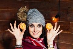 少妇美丽的特写镜头画象用桔子 健康概念的食物 护肤和秀丽 维生素矿物 免版税库存照片