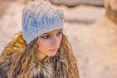 少妇美丽的面孔特写镜头  白肤金发的女孩 雪在背景中 免版税图库摄影