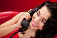 少妇联系在减速火箭的电话 免版税库存照片