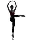 少妇舒展芭蕾舞女演员的跳芭蕾舞者使silho兴奋 免版税库存照片