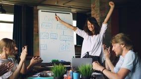少妇获得乐趣在成功的报告以后在业务会议上,她笑,跳舞和拍的手,当时 股票录像