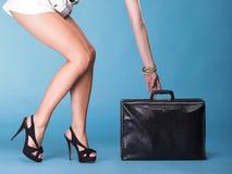 少妇行程空白礼服和黑色旅行袋子 免版税库存图片