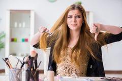少妇被挫败在她的杂乱头发 免版税库存图片
