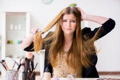 少妇被挫败在她的杂乱头发 免版税图库摄影