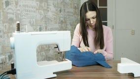 少妇被缝合水兵的袖子 在桌缝纫机附近 股票视频