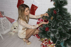 少妇装饰圣诞树 免版税库存图片