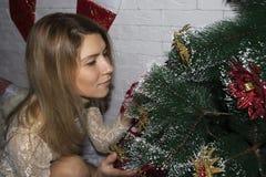 少妇装饰圣诞树 库存照片