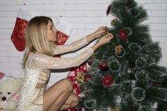 少妇装饰圣诞树 免版税图库摄影
