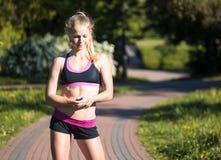 少妇训练在城市公园夏日 免版税库存照片