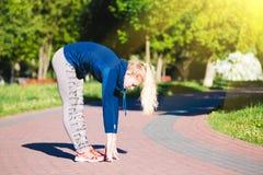 少妇训练在城市公园夏日 图库摄影