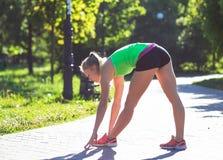 少妇训练在城市公园夏日 库存图片