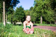 少妇训练在城市公园夏日 免版税库存图片