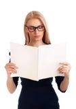 少妇读取妇女的杂志 免版税库存照片