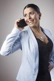 少妇谈话在电话 免版税库存图片