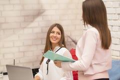 少妇走向一次工作面试和会议与处理 免版税库存照片