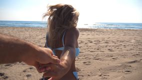 少妇跟我学射击拉扯她的男朋友对海岸在晴天 美好的女孩藏品观点  股票录像