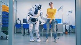 少妇跳舞与嬉戏地打她的机器人,在她留下的whereafter后 影视素材