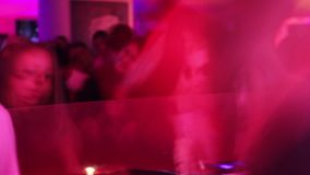 少妇跳舞对dj音乐在夜总会 在低fps射击的玻璃的女孩 影视素材