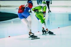 少妇运动员速度溜冰者在开始前做准备 免版税库存照片