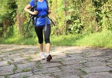 少妇远足者脚走的农村足迹 免版税库存照片