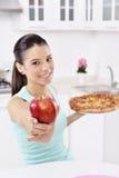 少妇选择了苹果 免版税图库摄影