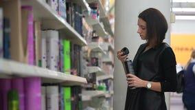 少妇选择喷发剂在购物中心 影视素材