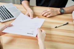 少妇递交简历给雇主给回顾工作申请书 概念提出公司的能力能同意 免版税库存照片