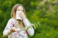 少妇遭受的春天花粉过敏 免版税图库摄影