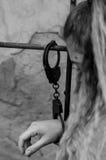 少妇锁与手铐对幅射器 免版税库存图片